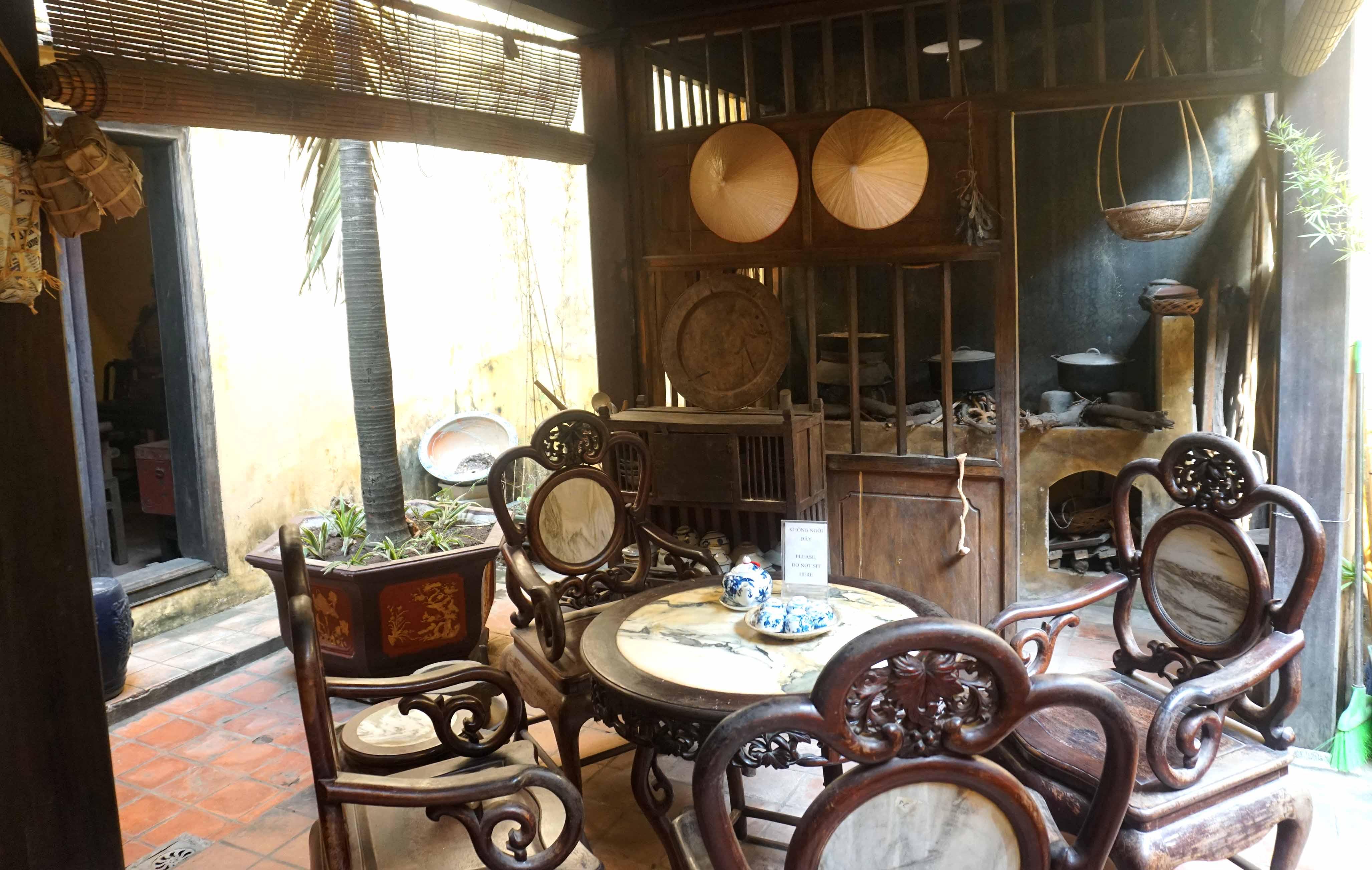 Interior de la casa del barrio antiguo de Hanoi