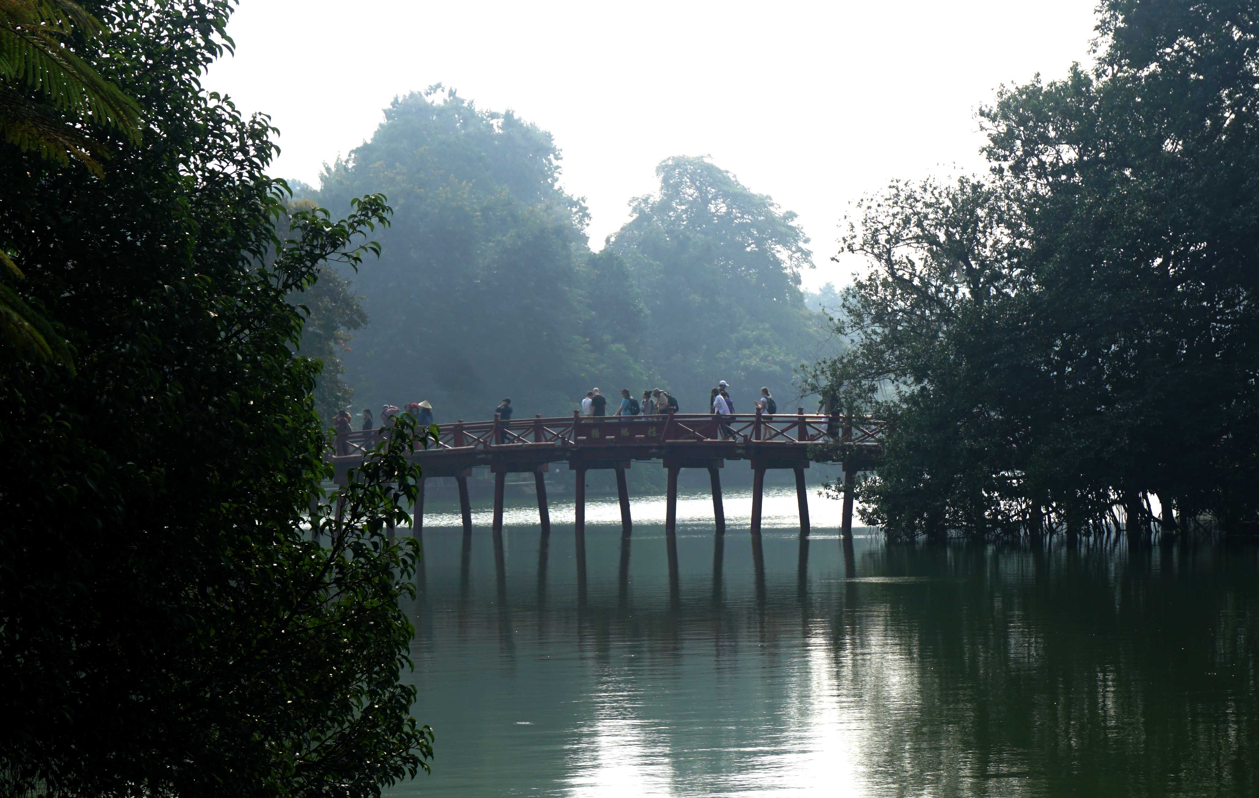 El puente Huc en Hanoi