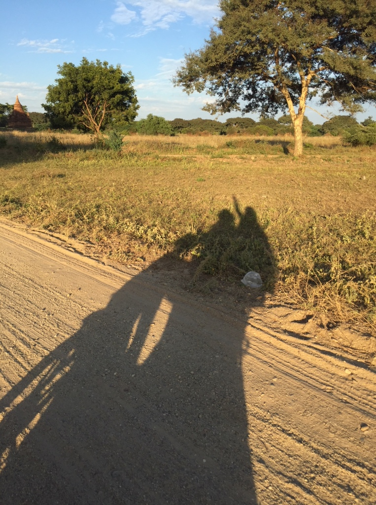 en moto por Bagan, Myanmar
